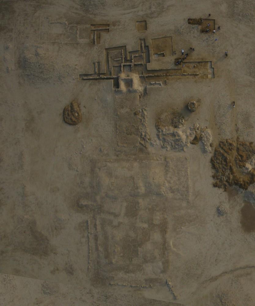 Fig. 2 : en bas, l'église monumentale recouverte après fouille, en haut, « l'ensemble ecclésiastique » en cours de fouille, au centre, la petite église, partiellement recouverte, campagne 2009 de la mission française précédente (photo Y. Guichard, DAM 2009)