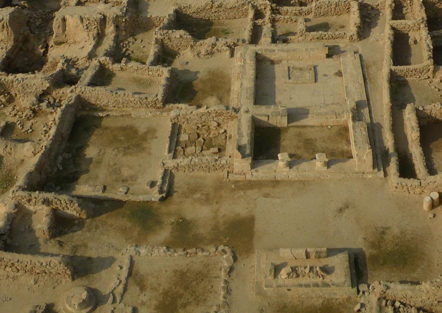 Fig. 1 : les temples intra-muros de la forteresse hellénistique et leurs autels, vue vers l'ouest. (photo Y. Guichard, DAM 2009)