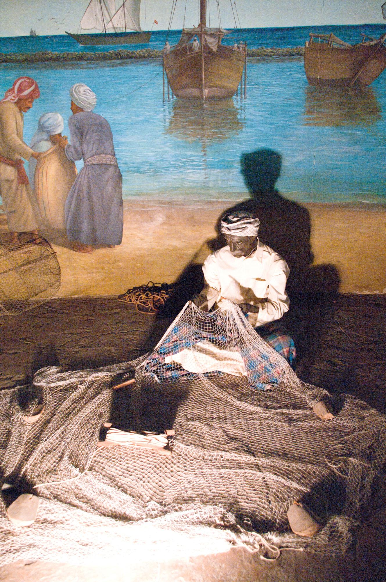 Fig. 3 : scène de reprise ou confection de filet, présentée au Musée National de Koweït (H. David-Cuny 2012)