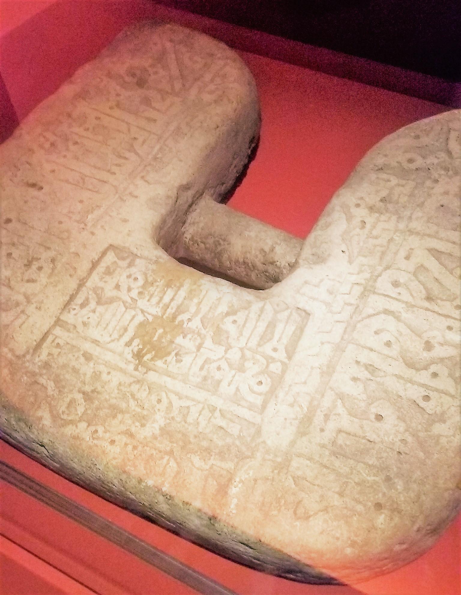 Fig. 3 : ancre en pierre taillée d'époque abbasside, Xe s., Proche-Orient ou Iran, 48 x 41 x 8 cm, Paris, Institut du Monde Arabe (photographie de l'auteur).