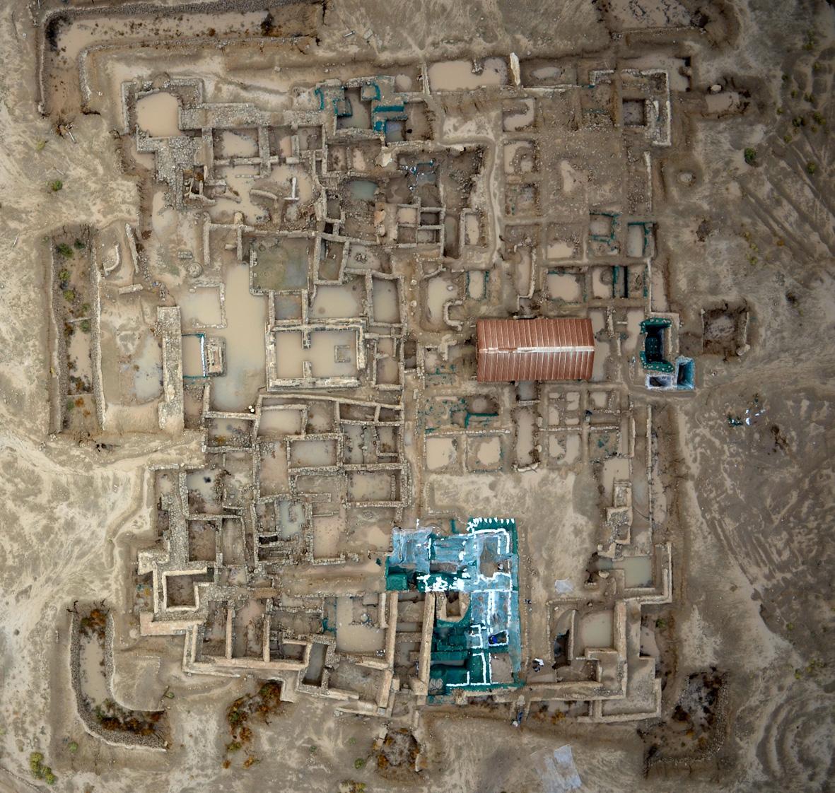 Fig. 1 La forteresse hellénistique de Faïlaka en 2013 après de fortes pluies : forts ruissellements, stagnation d'eau engendrant de la future végétation et des effondrements (H. Al Mutairi, DAMK 2013).