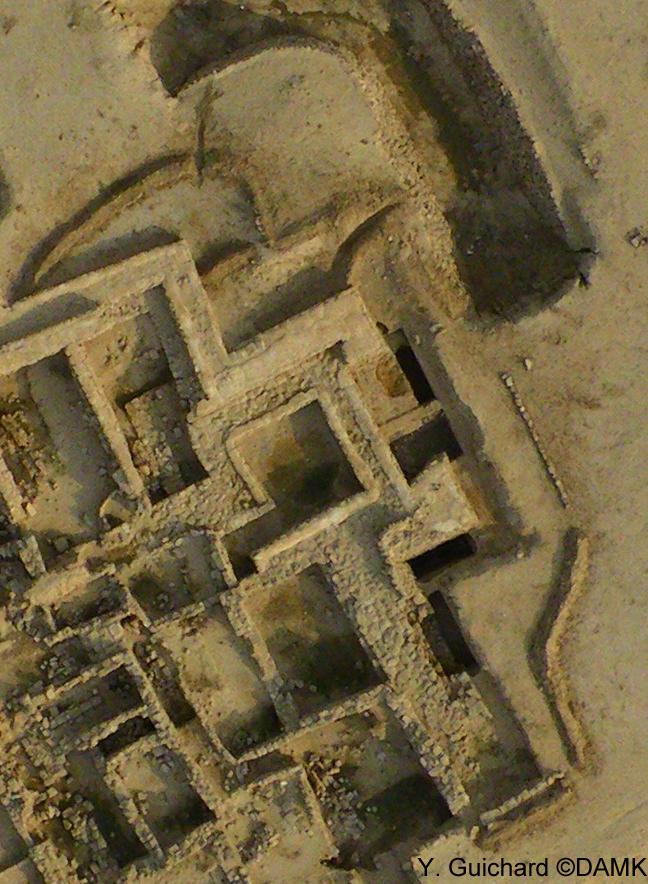 Fig. 3 : Système de drainage et d'évacuation de l'eau en surface à l'aide de murets de réorientation construits en pierres et en terre (Y. Guichard, DAMK 2009).